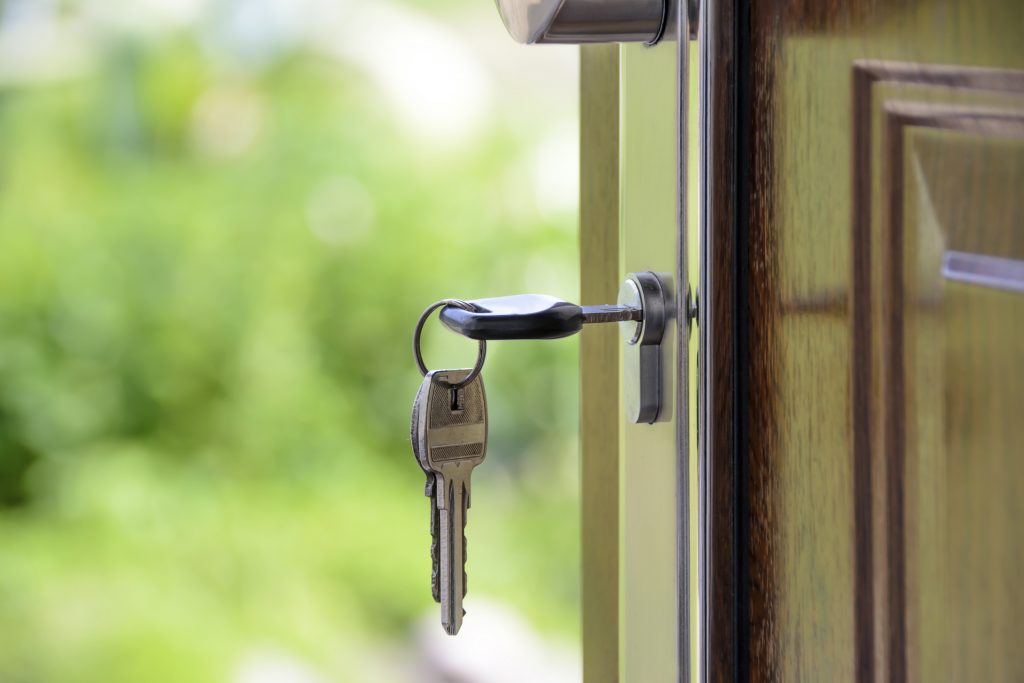 keys in a door. Reasons to declutter before selling your house. Before moving